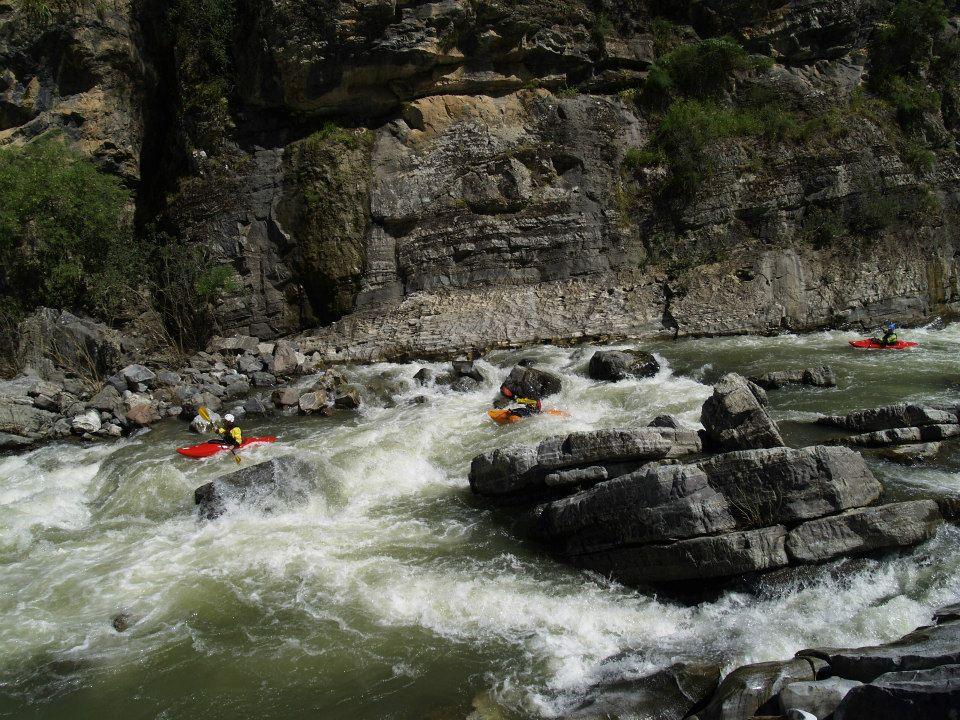 Grupo de kayakistas bajando el río Guadiato