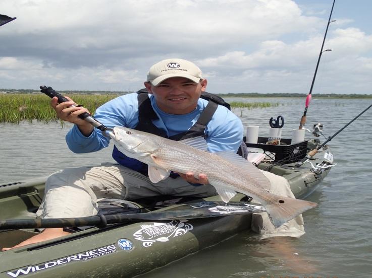 Hombre pescando en sit on top
