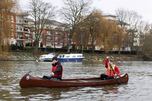 Paseo en canoa, embarcación para desplazarse sobre el agua