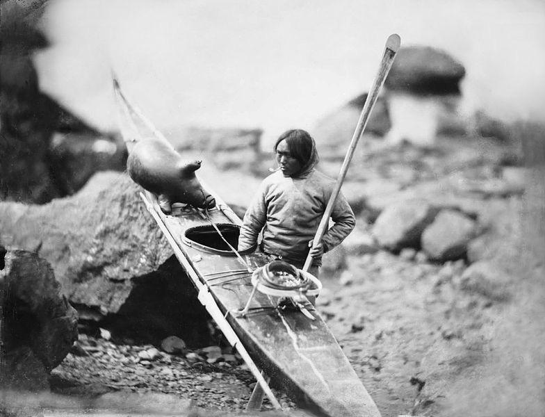 Un esquimal porta su kayak