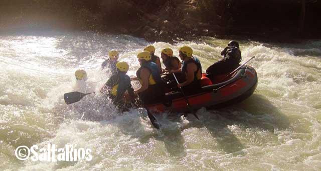 Imagen de un grupo practicando rafting en el río Genil, en el tramo Benamejí-Palenciana