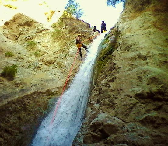Descenso de la cascada del barranco de Genilla, en Córdoba